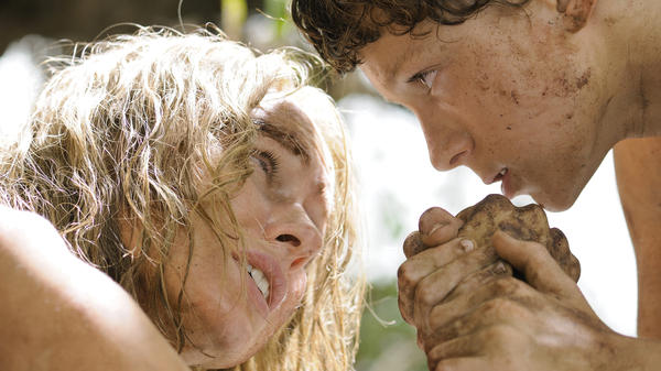 Maria (Naomi Watts) and her family, including her son Lucas (Tom Holland), fight to survive when they are caught in the 2004 Indian Ocean tsunami.