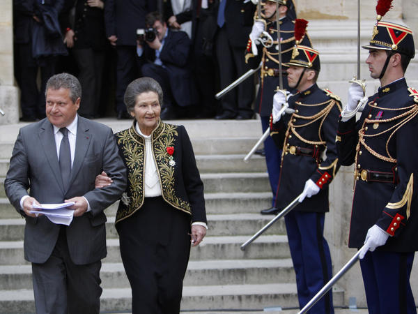Simone Veil leaves the Institut de France with her son Jean in 2010.