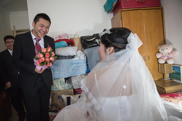 Wei finally makes it through the wedding games and finds his bride in her bedroom, waiting for him.