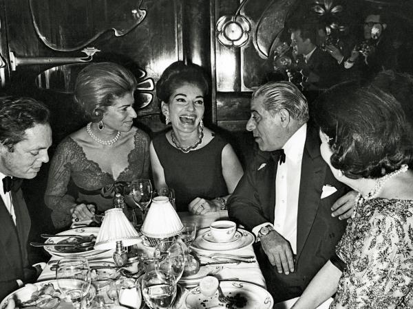 Maria Callas (center), dining at Maxim's in Paris with Aristotle Onassis (right), Marie-Hélène de Rothschild (left) and Baron Alexis de Redé (far left).