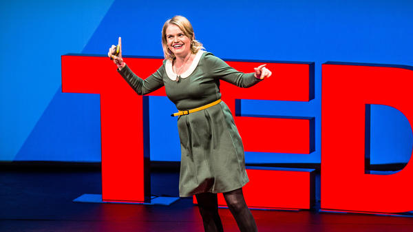 Carrie Poppy on the TEDxVienna stage.