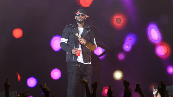 R. Kelly, performing on May 7, 2016 in his hometown of Chicago, Illinois.