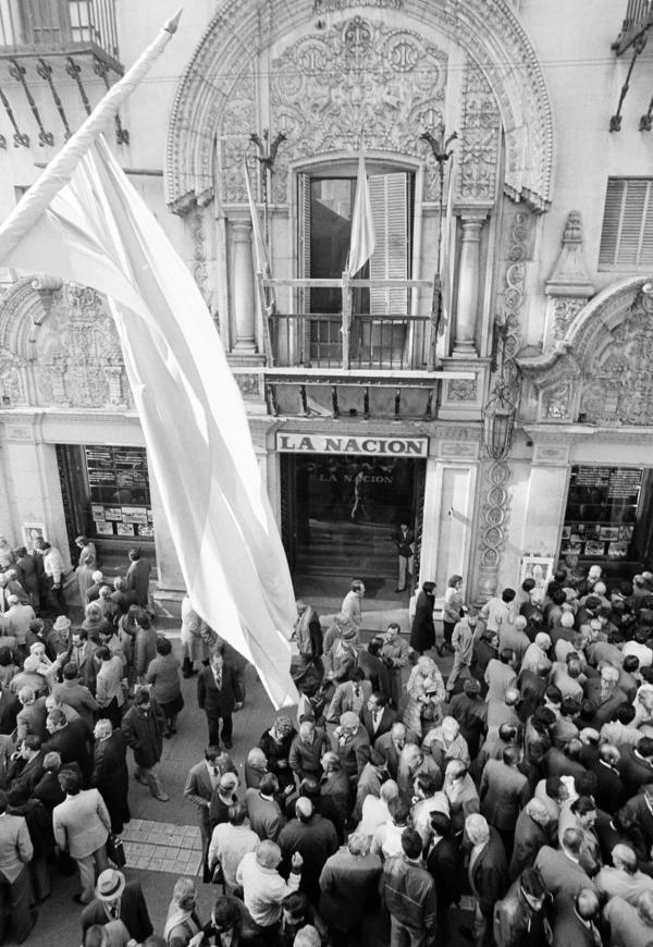 Argentines gather by the hundreds in Calle Florida in front of <em>La Nacion </em>newspaper offices in June 1982 to read the headlines and discuss developments in the war over the Falkland Islands after a cease-fire was announced. The decision led to chaotic protests in some parts of Argentina.