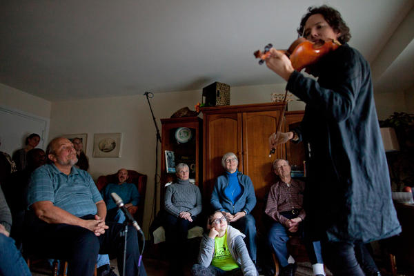 Classical violinist Tim Fain, who played music in the movies <em>Black Swan</em> and <em>Twelve Years A Slave,</em> performs during a concert in Tom Wall's apartment in Annapolis, Md.