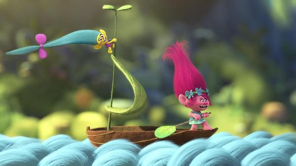 Trolls Smidge and Poppy sing together in the new film <em>Trolls</em>.