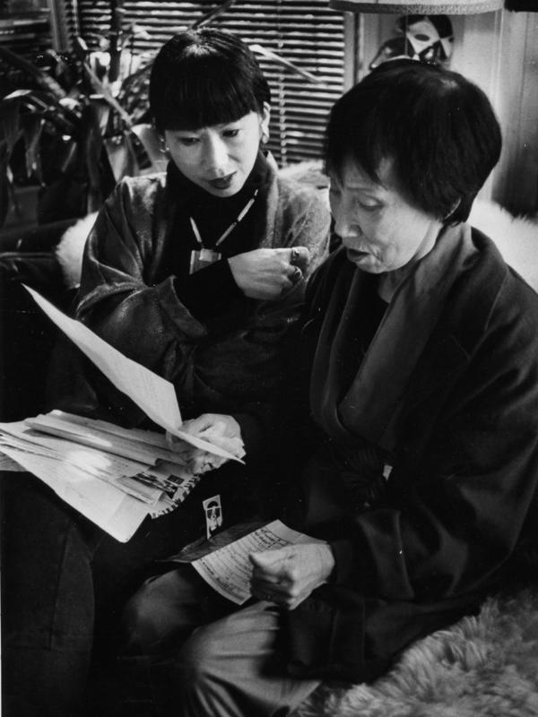 Tan's mother, Daisy Tan, translates a letter for her daughter in 1989.