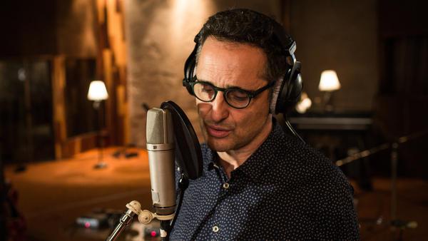 Jorge Drexler in the recording studio.