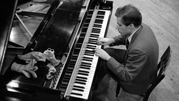 Glenn Gould, with his gloves and wrist-warmers, in the Columbia Records studio where he recorded Bach's <em>Goldberg Variations</em>.