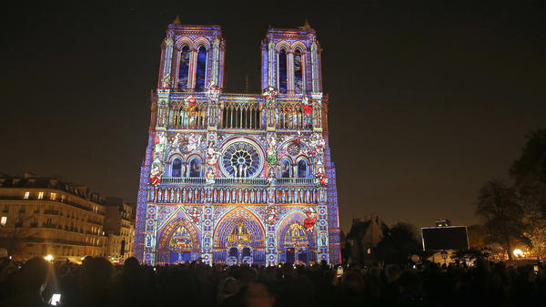 Notre Dame de Paris has drawn large audiences with a commemoration of the end of World War I and has drawn attention to its own need for expensive repairs.
