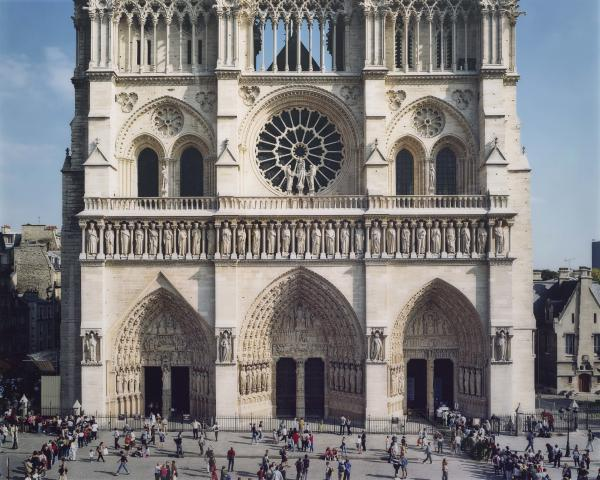 Tourists appear to be the same size as the sculptures that adorn the cathedral in Struth's <em>Notre Dame, Paris 2000</em>.