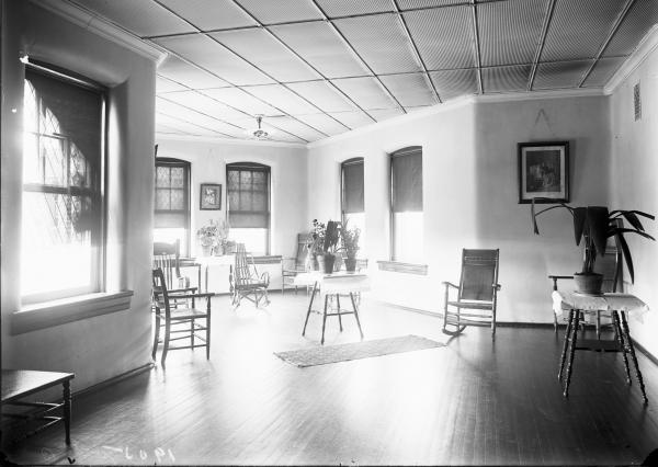 The Oaks B sitting room, pictured in 1905.