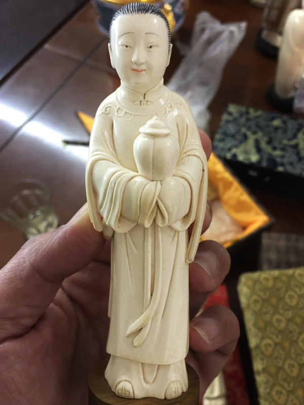 Figures of ancient female attendants are one of the specialties of senior Beijing-based ivory carver Li Chunke.