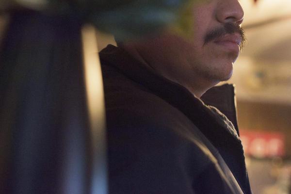 El centro de detención donde se encontraba Manuel está ubicado a unas horas de donde vive la familia. Cuando su primera solicitud de permanencia fue rechazada, Manuel fue trasladado fuera de la sala del tribunal sin que pudiera ver a sus hijos, quienes habían asistido al lugar para presenciar el resultado del juicio.
