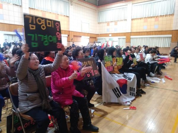 Residents of Uiseong gathered in the high school gym to cheer the women's curling team on Tuesday.