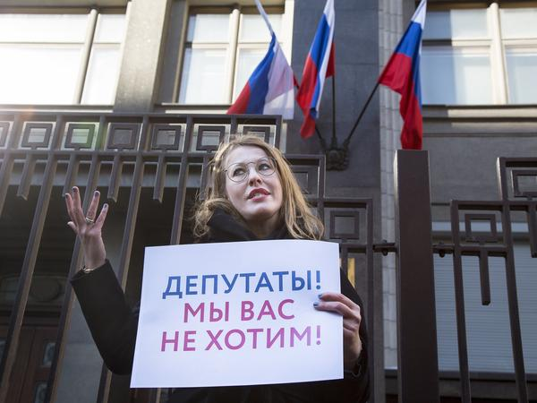 Russian TV host and presidential candidate Ksenia Sobchak pickets against sexual harassment with Amnesty International.