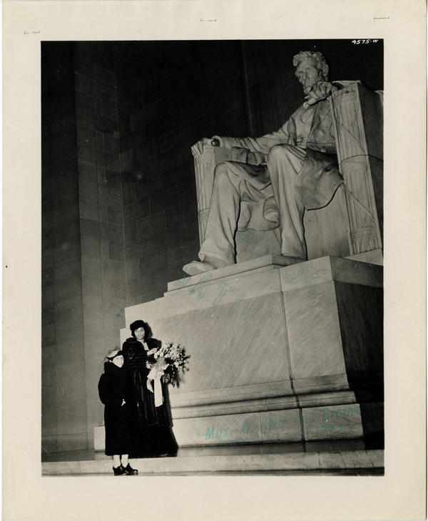 Anderson and her mother, Anna Anderson, at the Lincoln Memorial, April 9, 1939.