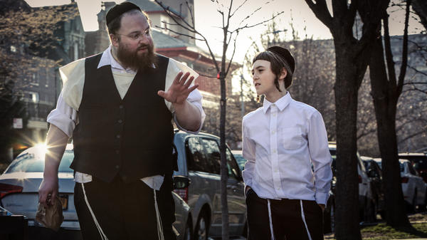 Menashe Lustig as Menashe, a grocery store clerk fighting to maintain custody of his son Rieven (Ruben Niborski).