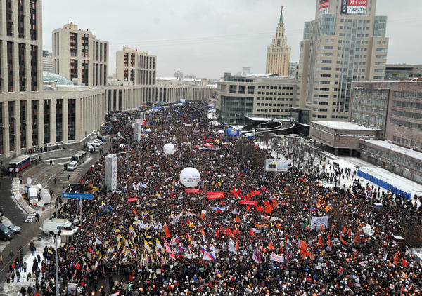 Tens of thousands of people filled an avenue in Moscow on Christmas Eve to protest the alleged rigging of the Dec. 4 parliamentary polls in a challenge to Russian strongman Vladimir Putin's authority.