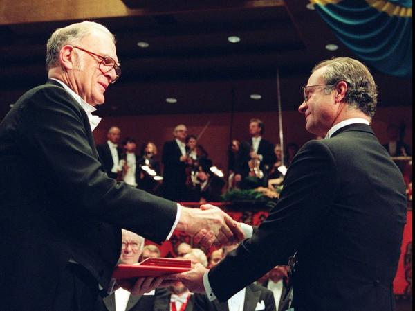 Rowland receives the Nobel Prize from Swedish King Carl XVI Gustaf in 1995. He shared the award with Mario Molina and Paul J. Crutzen.