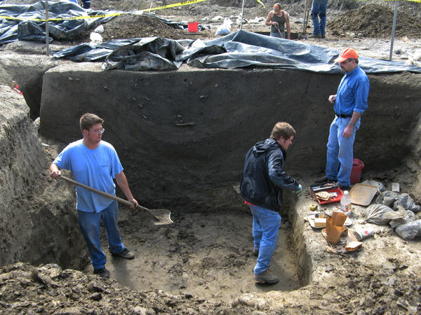 Research coordinator Joe Galloy looks on as crew members excavate a large storage pit at the dig site. Archaeologists are not sure of its original function, but the Cahokians may have used it to store corn or other food. Later on, they threw their trash into it, including the bones of deer and fish, and pieces of broken clay pots and bowls.