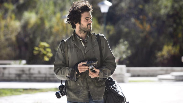 Paul (Romain Duris), an aspiring photographer, assumes another man's identity to escape his job, marriage and dull life.