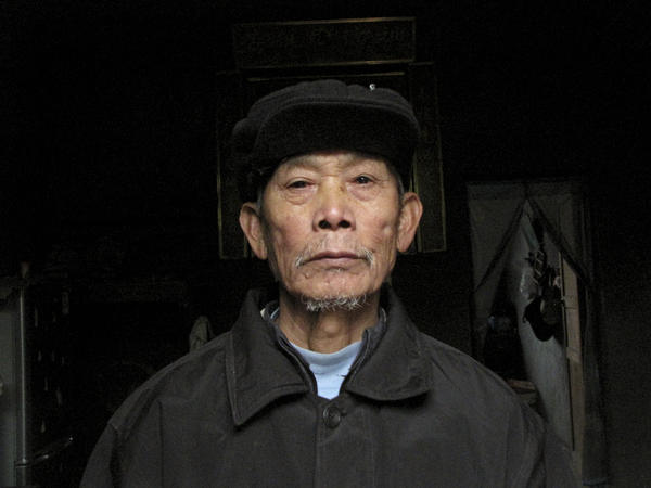 The brother and grandmother of Shu Qingfa died in the famine. In this village, most of the inhabitants share a single surname, Shu.