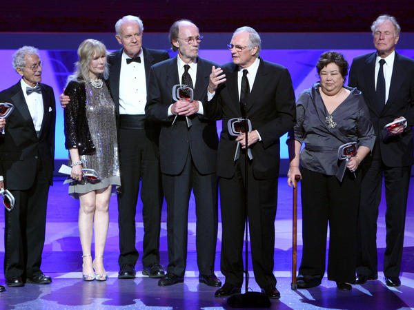 Allan Arbus on the left, with fellow <em>M.A.S.H.</em> stars Loretta Swit, Mike Farrell, Burt Metcalfe, Alan Alda, Kellye Nakahara Wallet and Wayne Rogers at an awards ceremony in 2009.