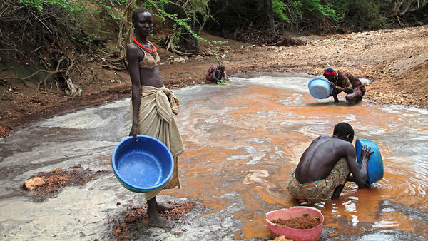 South Sudanese pan for gold in Nanakanak, in the eastern part of the impoverished country. Tens of thousands of informal miners are looking for gold, and the government is trying to attract international mining companies to carry out the search on an industrial scale.
