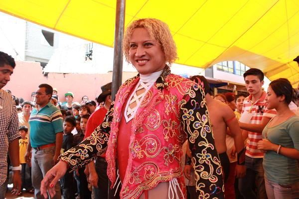 Pasión Kristal walks toward the ring in Magdalena Culhuacán, Mexico.