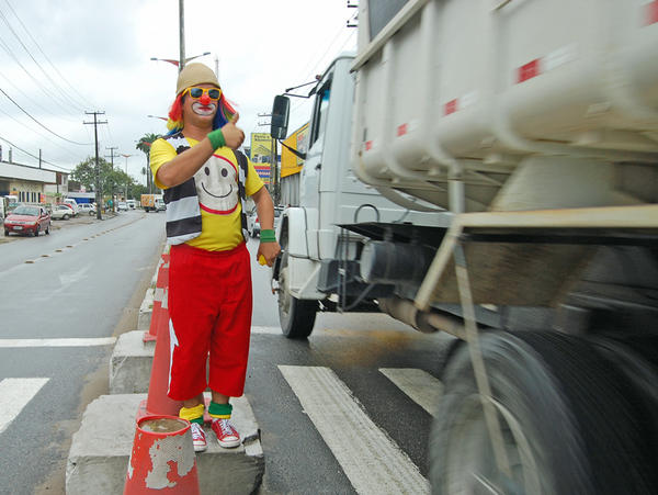 The Brazilian city of Olinda has a novel approach to taming its ever-growing traffic problem: traffic clowns known as <em>palhacos. </em>