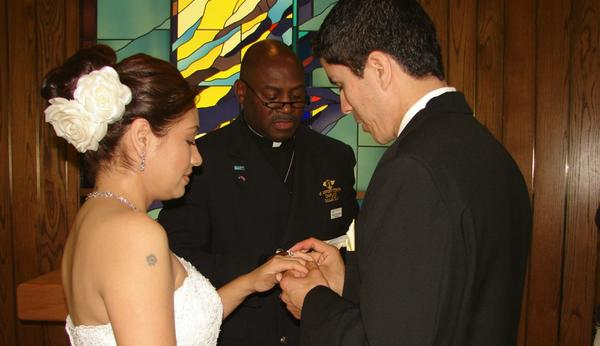Senior Chaplain D.D. Hayes of the Dallas-Fort Worth International Airport's interfaith chaplaincy performs a wedding ceremony. (dfwairportchapel.org)