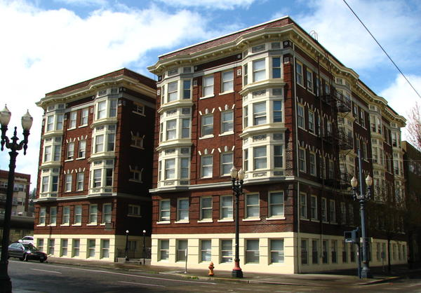 The Brown Apartments (built 1915), located at 807 Southwest 15th Avenue in Portland, Oregon. (commons.wikimedia.org)