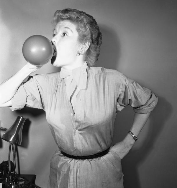 Stritch blows up balloons as a voice training exercise in November 1954.
