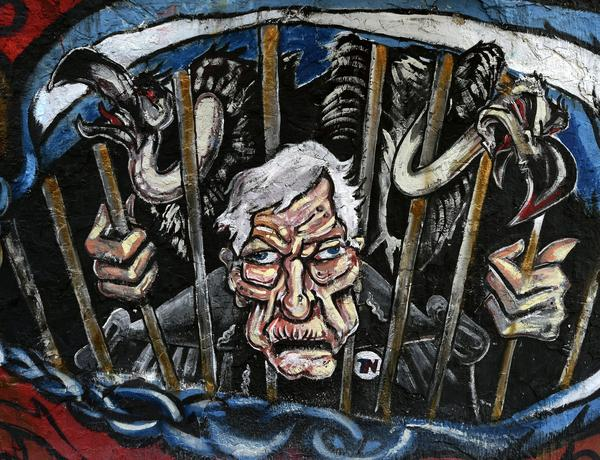 Graffiti in Buenos Aires depicts Griesa and vultures behind bars.