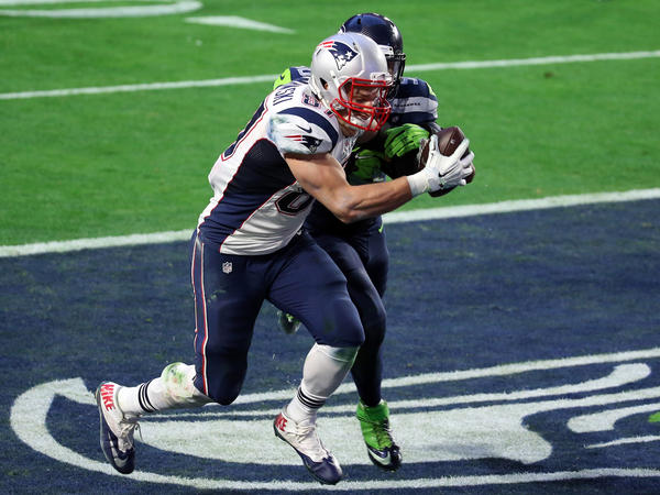 New England's Rob Gronkowski catches a 22-yard touchdown pass against Seattle's K.J. Wright in the second quarter.