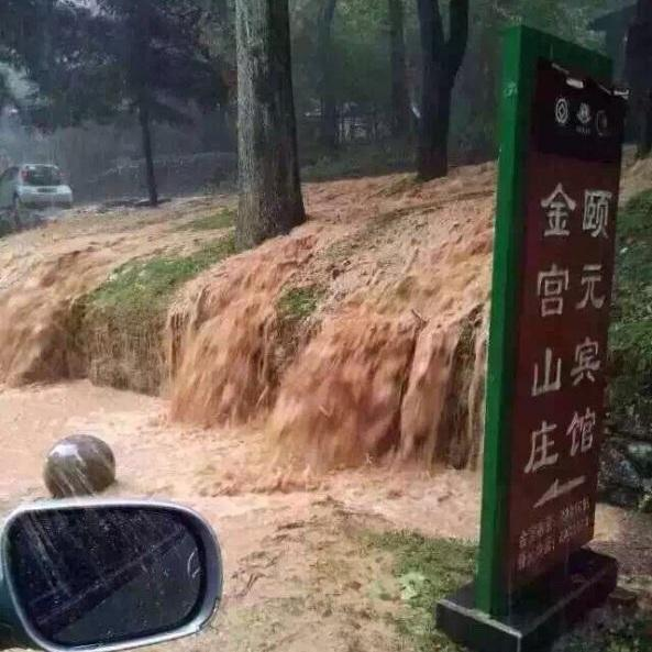 Photo taken by a mobile phone on Sunday shows flood water running off the mountain at Lushan scenic spot in east China's Jiangxi Province.