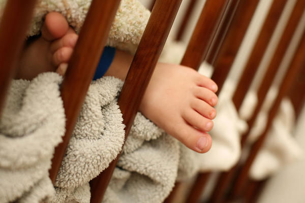 Teen mothers said they didn't follow advice to keep blankets and pillows out of the baby's crib, a study finds.