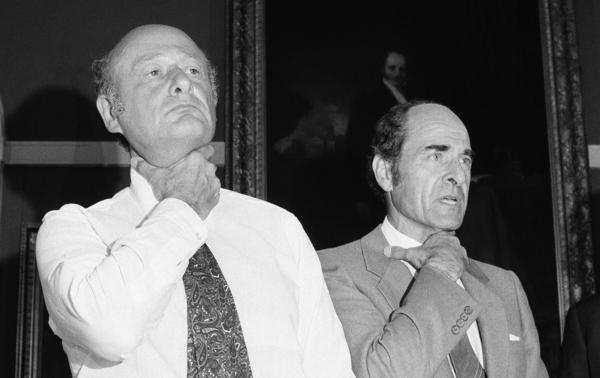 At New York City Hall in 1981, Heimlich (right) and Mayor Edward Koch demonstrate how a choking victim should signal for help.