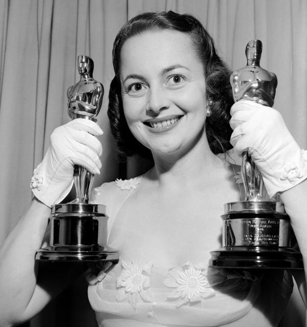 Olivia de Havilland shows off her two best actress Oscars in March 1950. She won the first for <em>To Each His Own</em> (1946) and the second for <em>The Heiress </em>(1949).