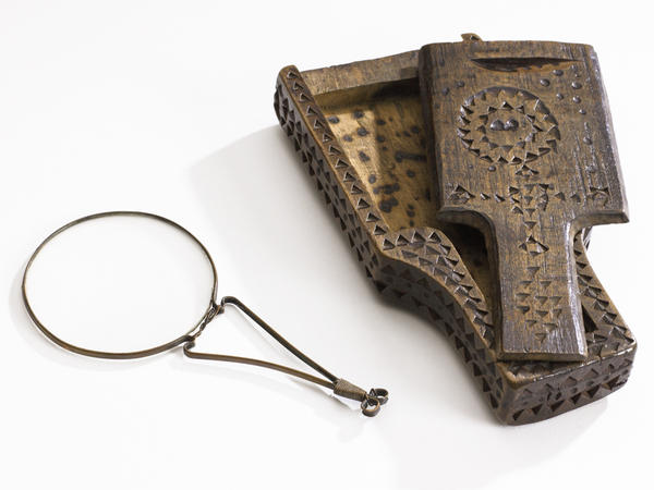 A Nuremberg magnifier and wooden case, made in Germany around 1700. Before spectacles become easier to wear and more comfortable, hand-held models were more common than those for the face.