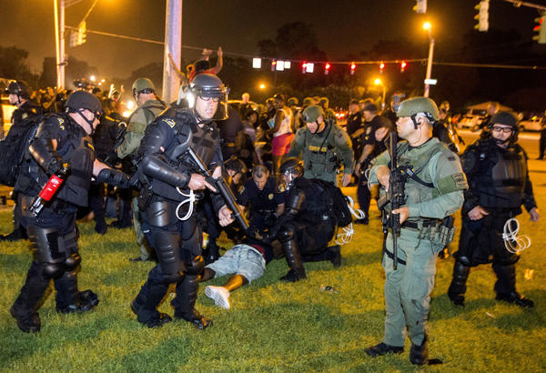 Baton Rouge police rush a crowd of protesters and start making arrests on Saturday evening in Baton Rouge, La.