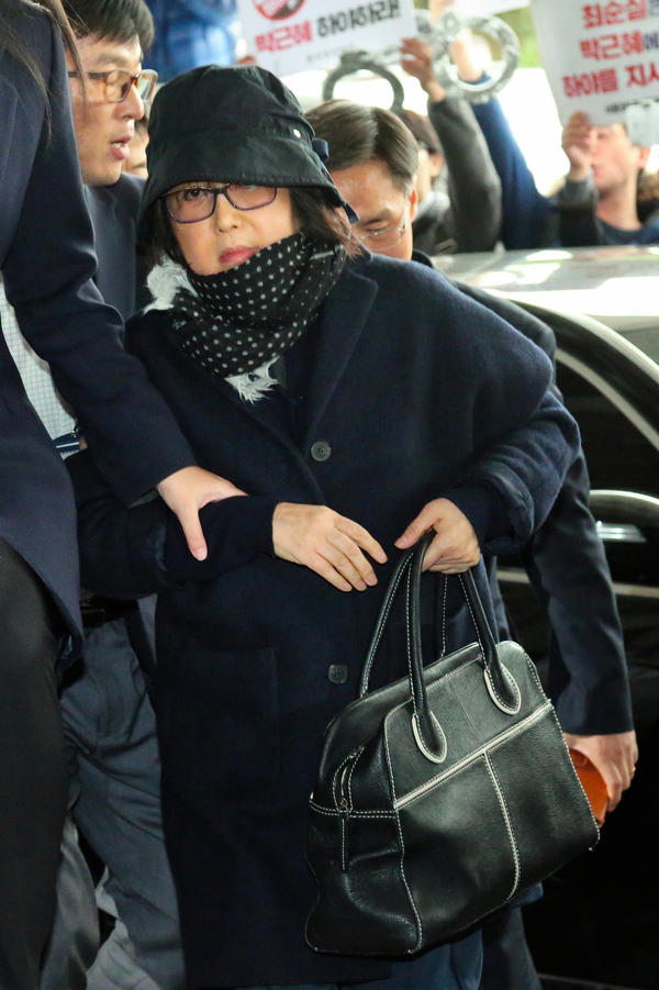 Choi Soon-sil appears at the Seoul Central Prosecutors' Office on Monday.