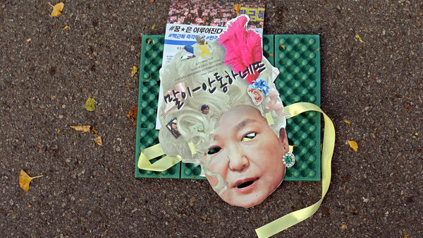A mask of South Korean President Park Geun-hye lay in the street as thousands rallied in Seoul to demand her resignation.