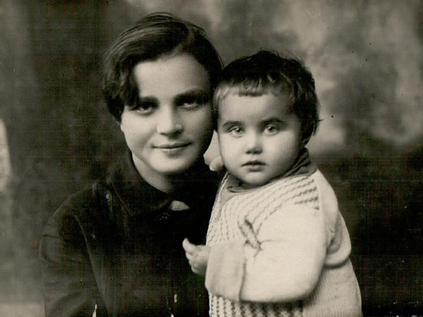 In 1932, Lola's husband Mitia was drafted into the army, leaving her to care for Tanya, their infant daughter, alone.