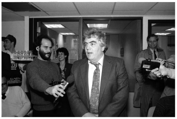 Jimmy Breslin of the New York Daily News who won a Pulitzer prize, speaks to reporters in the news room at the Daily News building, April 17, 1986, as reporter Jon Kalish (left) records the speech. (Mario Cabrera/AP)