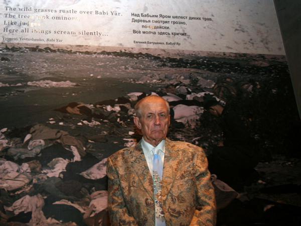 Yevgeny Yevtushenko, standing next to his poem 'Babi Yar' during a visit to the Yad Vashem Holocaust museum in Jerusalem in 2007.