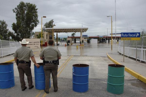 Bloqueadas por una cerca con acceso para transeúntes, las aguas de inundación de Headquarters Wash cerca de Lukeville, Arizona, fluyeron a lo largo de la cerca hasta el control fronterizo mexicano de Sonoyta, Sonora, en 2008.