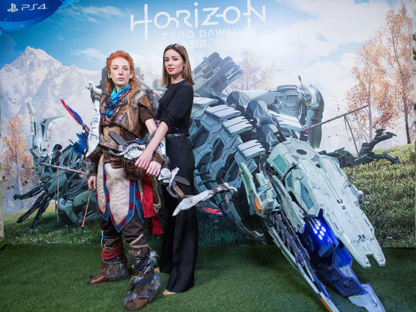 A cosplayer dressed as Aloy (left) and Spanish actress Dafne Fernandez present the Horizon: Zero Dawn video game on Feb. 15 in Madrid.