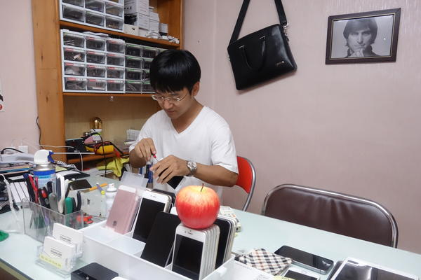Kim Hak-min, 30, is an electrical engineering student at Sogang University who fixes iPhones as a side business.