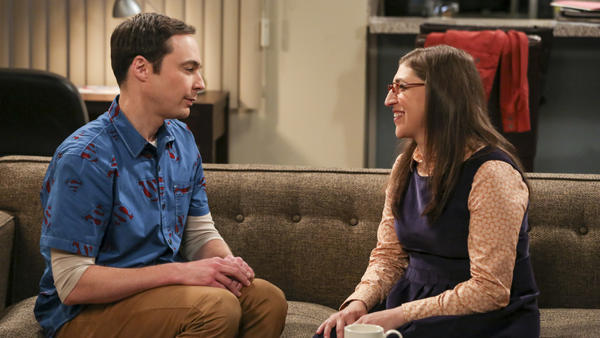 Sheldon Cooper (Jim Parsons) and girlfriend Amy Farrah Fowler (Mayim Bialik) on <em>The Big Bang Theory.</em>